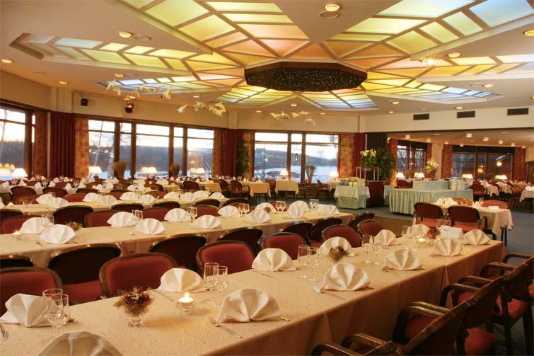 Restaurant-festive-dinner